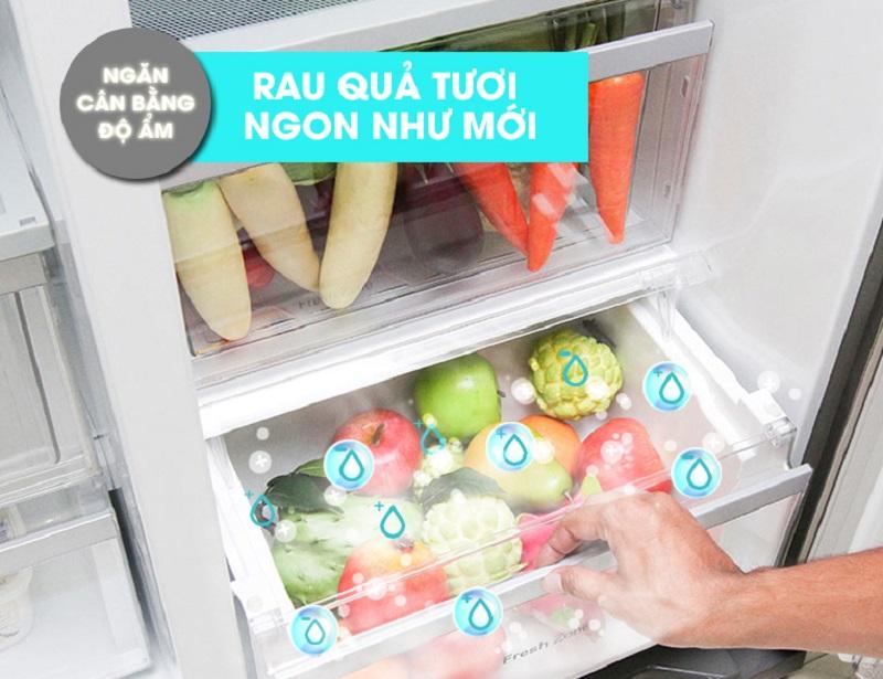 Với ngăn cân bằng độ âm, tủ lạnh LG GR-P227GS có thiết kế dạng nắp lưới, giữ hơi nước bốc hơi ở lại trong ngăn để đảm bảo độ ẩm thích hợp của các loại thực phẩm này luôn được đảm bảo